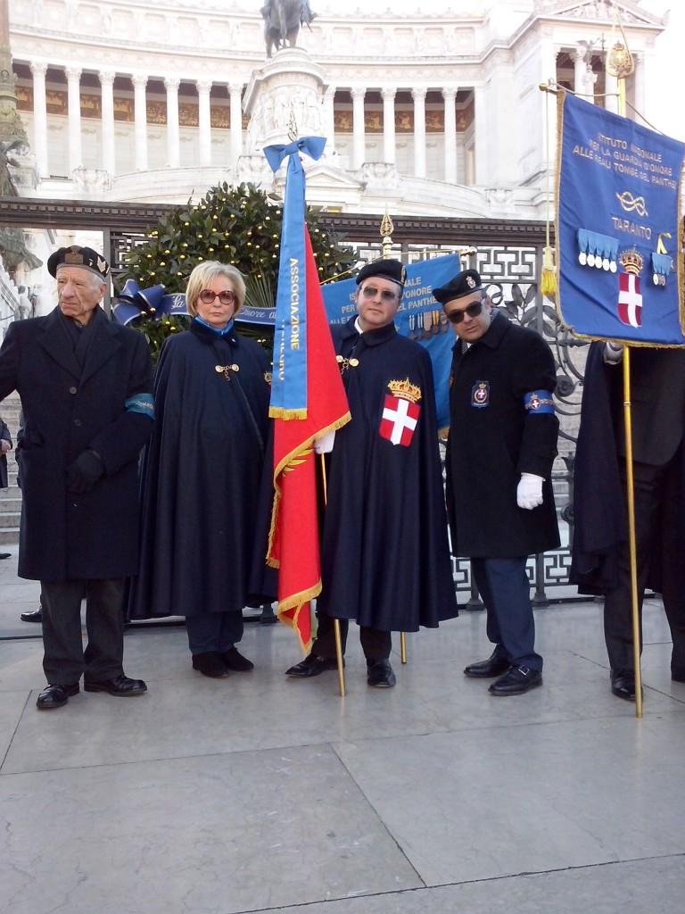 La Bandiera dell'Associazione sfila insieme ai Labari e alle Bandiere dell'I.N.G.O.RR.TT.